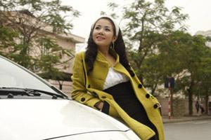 Mai Nhật ký Vàng Anh điệu đà bên xế yêu Toyota Yaris