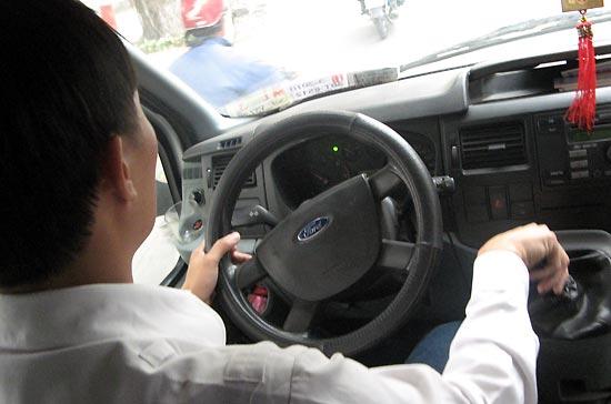 """Xung quanh hiện tượng """"vù ga"""" của xe Ford Transit 2007"""