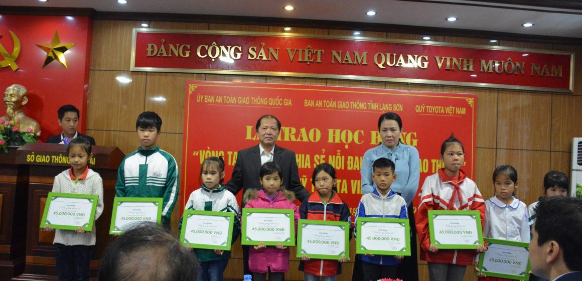 """Quỹ Toyota Việt Nam trao tặng học bổng """"Vòng Tay Nhân Ái"""" tại tỉnh Lạng Sơn."""