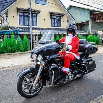 Ông già Noel chạy xe phân khối lớn mang giáng sinh ấm áp đến các em nhỏ vùng cao tỉnh Lâm Đồng