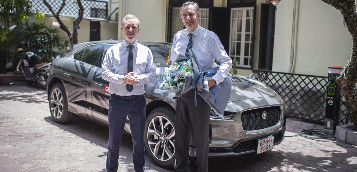 Bàn giao mẫu xe điện I-Pace đầu tiên tại Việt Nam cho Đại sứ quán Anh